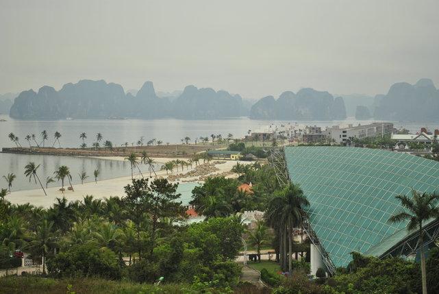 Đảo Tuần Châu, budowa apartamentowców z widokiem na Ha Long Bay, Wietnam•foto: D. Jaworska