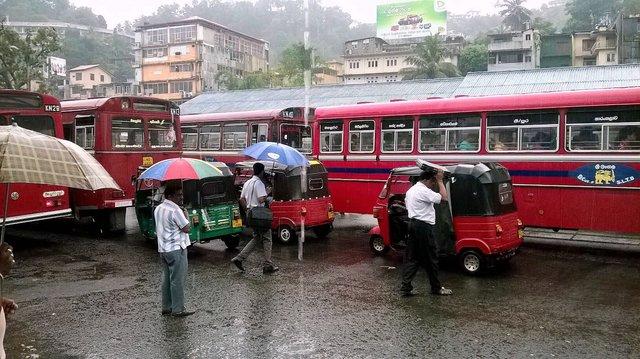 Przed dworcem autobusowym w Kandy, Sri Lanka•Foto: P. Jaworski