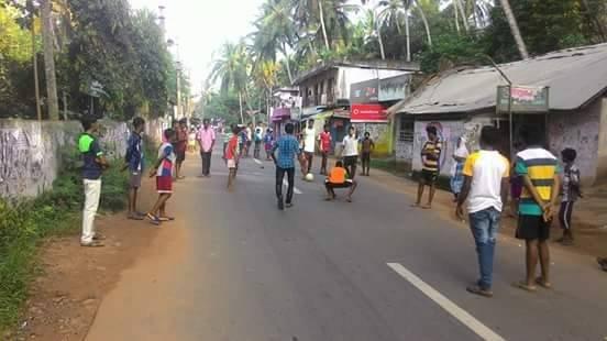 Podczas przedłużających się protestów rodziców, dzieci bawią się na ulicy. Indie.•kolekcja M. Paniadima