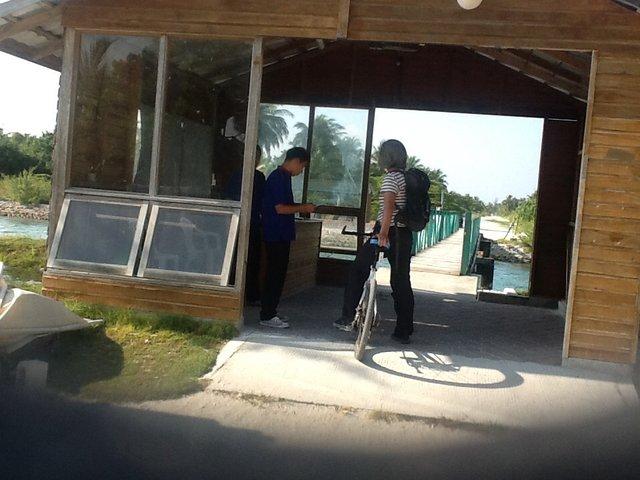 Malediwy. Nie tak łatwo było wyjechać z resortu do pobliskiej wioski. Musieliśmy mieć specjalny permit i okazać go na 2 kolejnych wartowniach.•Foto: D.Jaworska
