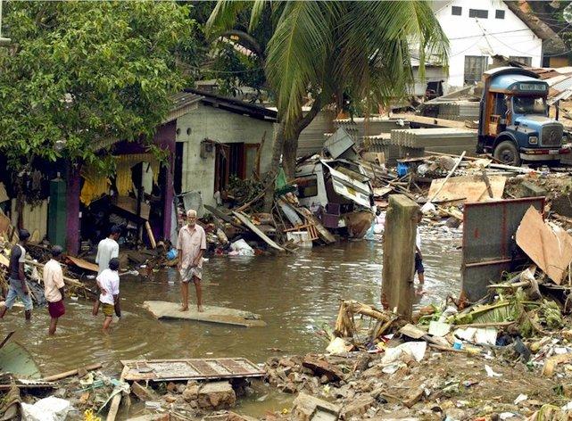 W tsunami na Sri Lance,w grudniu 2004 roku, 35 tysięcy osób zginęło, a około miliona zostało dotkniętych skutkami kataklizmu na przykład poprzez utratę domu, dobytku.•Foto: sinhaya.com