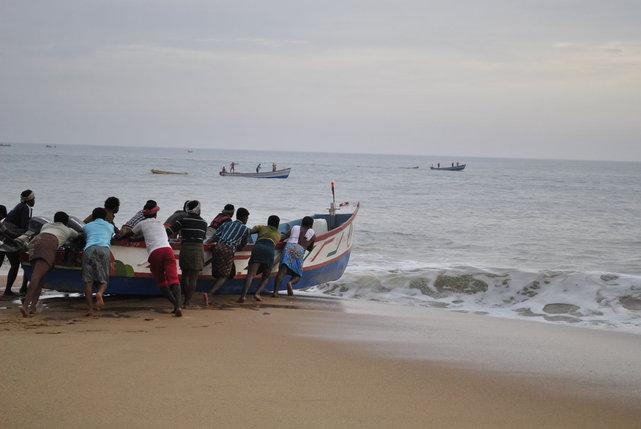 Rybacy z wioski rybackiej na wybrzeżu Morza Arabskiego, Indie•foto: D. Jaworska