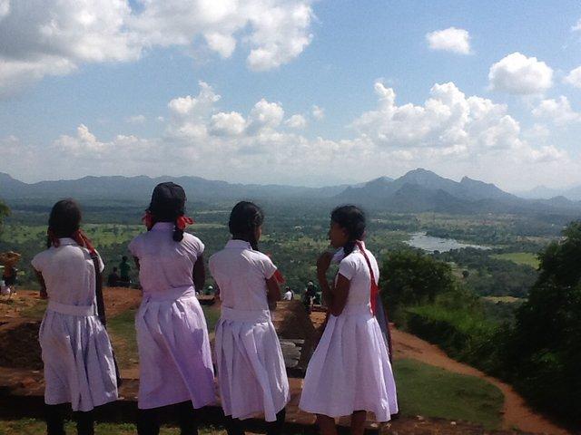 Dziewczynki na wycieczce szkolnej w Parku Singiriya. Na ulicach Sri Lanki spotyka sie dzieci w mundurkach szkolnych nie tylko w drodze do szkoły. Dzieci noszą je także z powodu innych szczególnych wydarzeń, chodzą w nich do świątyni.•Foto: D. Jaworska