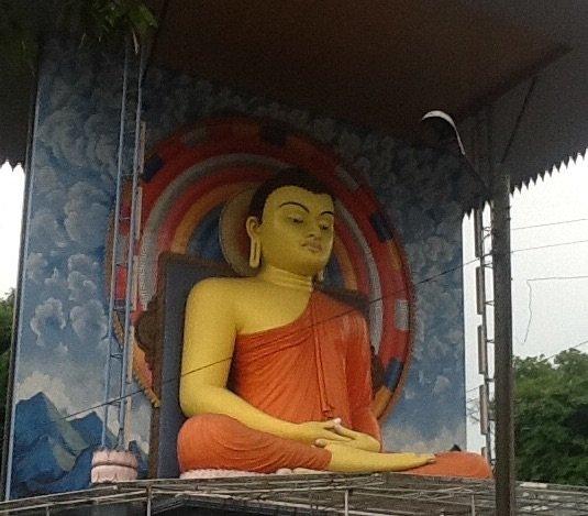 Posąg Buddy na skrzyżowaniu w górskim miasteczku Kandy. Srodkowa Sri Lanka•Foto: D. Jaworska