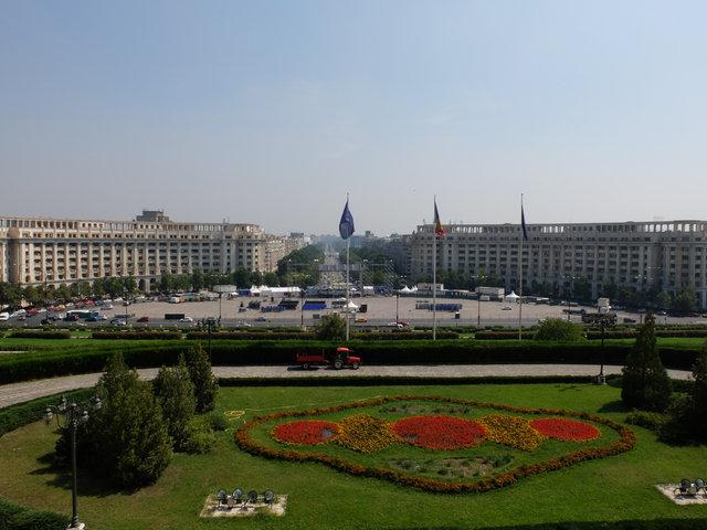 Bulwar Uniri, jedna z głównych arterii miasta i jednocześnie najbardziej reprezentacyjna ulica Bukaresztu, biegnąca w kierunku Parlamentu, jest o 6 m dłuższa od Pól Elizejskich.