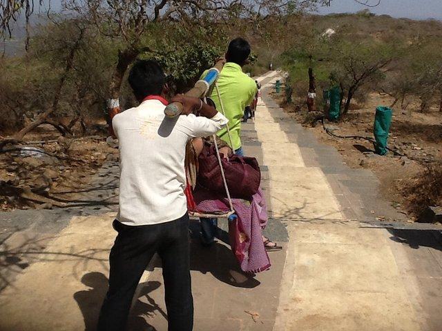 Nie wszyscy pielgrzymi zmierzający do świątyni dżinijskiej w Palitana przemierzają schody boso i w skwarze. Niektórzy za 1000 rupii korzystają z lektyk.•Foto: D. Jaworska