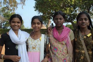ziewczynki na wycieczce szkolnej. Mamallapuram, Indie wchodnie•foto: D. Jaworska