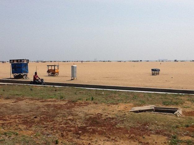 Otwarta studzienka kanalizacyjna przy jednej z największych plaż na świecie. Marina Beach w Chennai. Wieczorami zbierają się tu tłumy ludzi, Hindusi odpoczywają tu całymi rodzinami, chłodzą się po upalnym dniu korzystając z morskiej bryzy.•foto: D. Jaworska