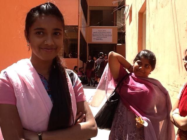 Nastolatki na dziedzińcu szkoły w Bangalore. Foto: D. Jaworska