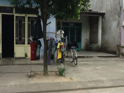 Sklepiki na kilka wieszaków. Wietnam. Foto: D. Jaworska