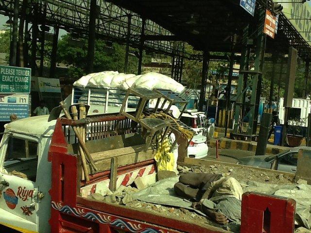 Nietypowe ładunki ciężarówek wjeżdżających na autostradę, Indie•Foto: D. Jaworska