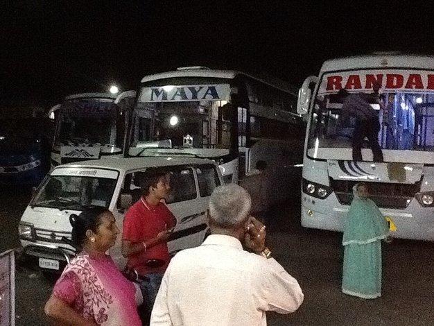 Sleepien Bus pomiedzy Bombajem i Palitana, Indie. Nocny przystanek•Foto: D.Jaworska